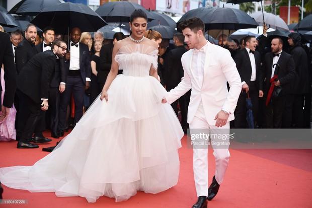 Thảm đỏ Cannes nhường spotlight cho Nick Jonas cung phụng Hoa hậu, Sui He gây sốc như không mặc gì - Ảnh 1.