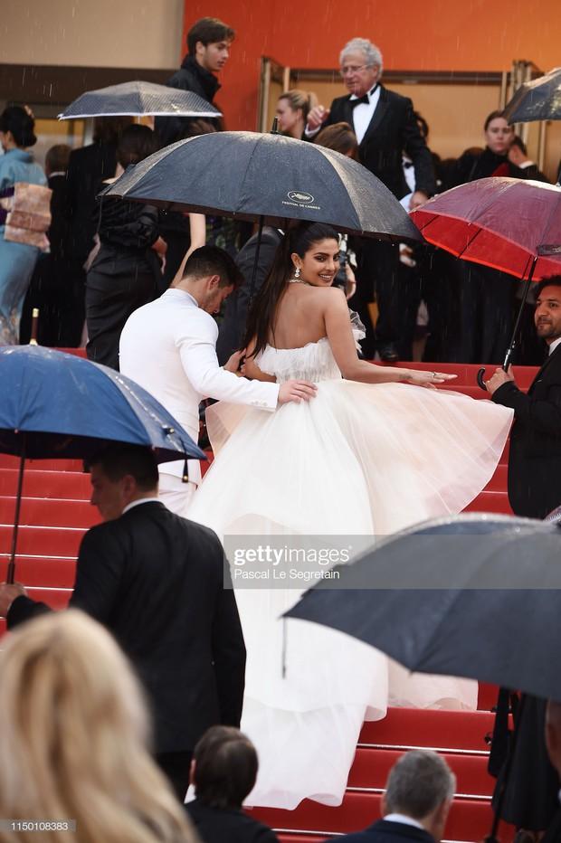 Thảm đỏ Cannes nhường spotlight cho Nick Jonas cung phụng Hoa hậu, Sui He gây sốc như không mặc gì - Ảnh 5.