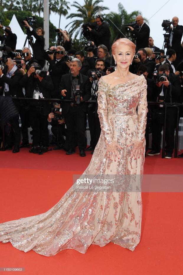 Thảm đỏ Cannes nhường spotlight cho Nick Jonas cung phụng Hoa hậu, Sui He gây sốc như không mặc gì - Ảnh 33.