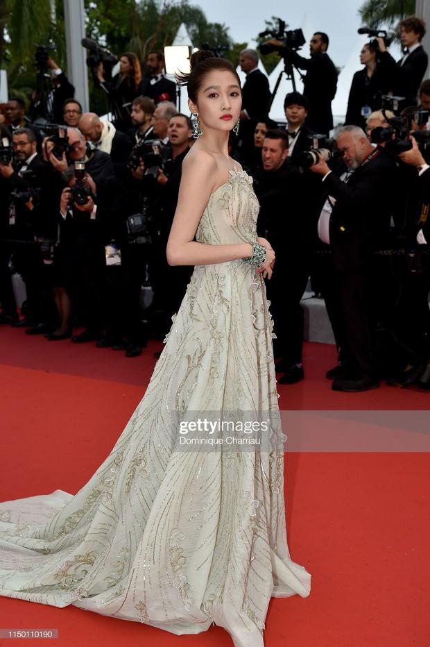 Thảm đỏ Cannes nhường spotlight cho Nick Jonas cung phụng Hoa hậu, Sui He gây sốc như không mặc gì - Ảnh 18.