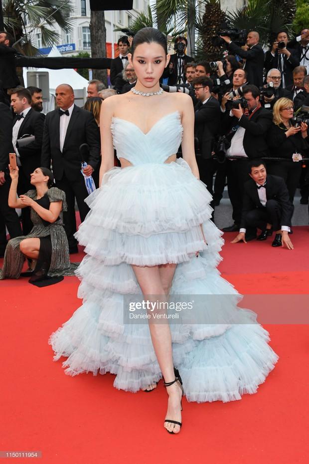 Thảm đỏ Cannes nhường spotlight cho Nick Jonas cung phụng Hoa hậu, Sui He gây sốc như không mặc gì - Ảnh 14.