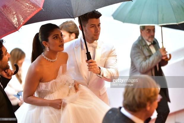 Thảm đỏ Cannes nhường spotlight cho Nick Jonas cung phụng Hoa hậu, Sui He gây sốc như không mặc gì - Ảnh 10.