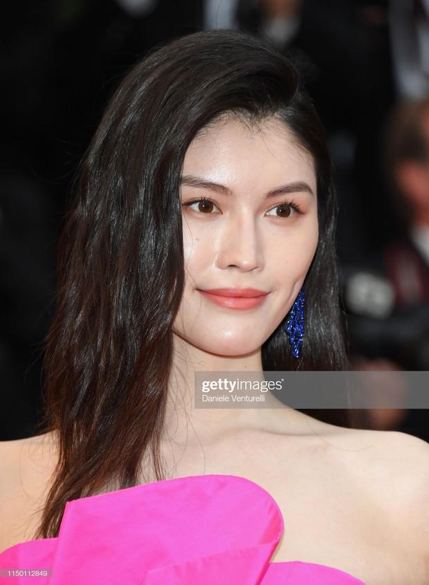 Thảm đỏ Cannes nhường spotlight cho Nick Jonas cung phụng Hoa hậu, Sui He gây sốc như không mặc gì - Ảnh 11.