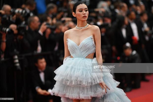 2 thái cực của 2 chân dài Victorias Secret Trung Quốc tại Cannes: Ming Xi như công chúa, Sui He phô phang đến bức người - Ảnh 3.