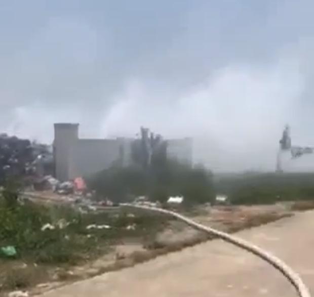 """Dân """"ngộp thở"""" vì đốt bãi rác giữa trưa, phải điều xe cứu hỏa đến dập - Ảnh 2."""