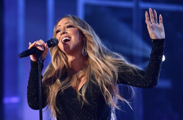 Khoảnh khắc sang chảnh nhất tại Billboard Awards: Mariah Carey tiện tay vứt rác lên sân khấu khiến khán giả hoang mang - Ảnh 3.