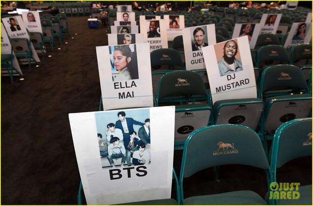 Nhìn lại các khoảnh khắc hiếm có tại BBMAs 2019: Drake ngơ ngác tìm BTS, Taylor Swift như fangirl trước màn biểu diễn của Mariah Carey - Ảnh 3.