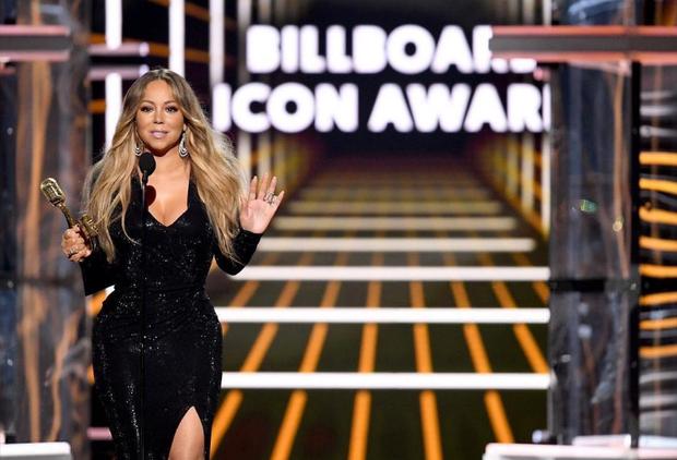 Khoảnh khắc sang chảnh nhất tại Billboard Awards: Mariah Carey tiện tay vứt rác lên sân khấu khiến khán giả hoang mang - Ảnh 2.