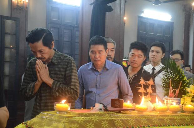 Xuân Bắc và nhiều nghệ sĩ nhà hát kịch Việt Nam bật khóc xót xa trong tang lễ đồng nghiệp vụ tai nạn hầm Kim Liên - Ảnh 11.