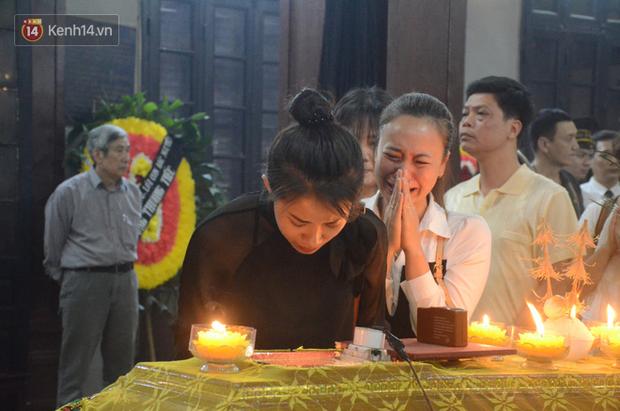 Xuân Bắc và nhiều nghệ sĩ nhà hát kịch Việt Nam bật khóc xót xa trong tang lễ đồng nghiệp vụ tai nạn hầm Kim Liên - Ảnh 10.