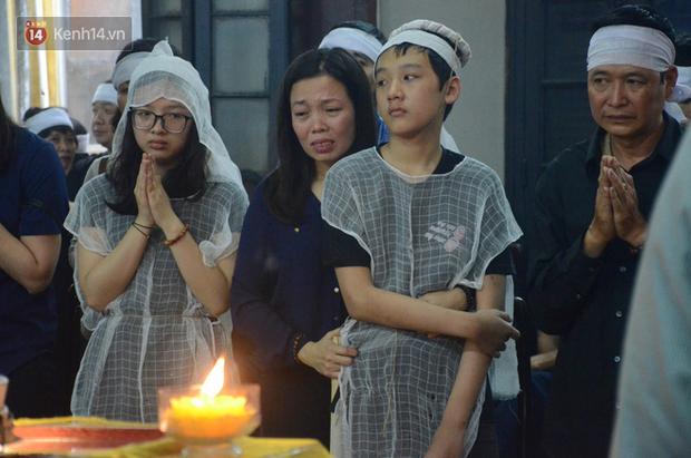 Xuân Bắc và nhiều nghệ sĩ nhà hát kịch Việt Nam bật khóc xót xa trong tang lễ đồng nghiệp vụ tai nạn hầm Kim Liên - Ảnh 17.