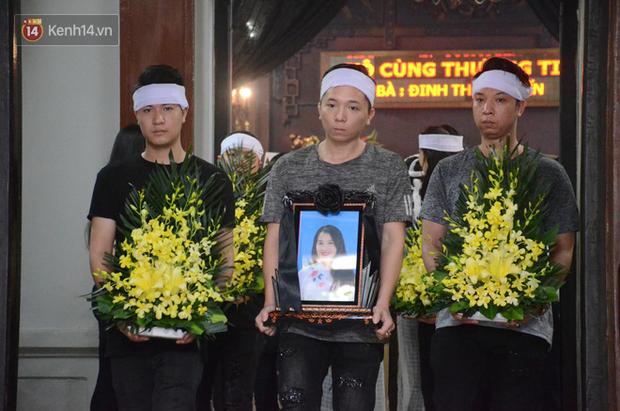 Xuân Bắc và nhiều nghệ sĩ nhà hát kịch Việt Nam bật khóc xót xa trong tang lễ đồng nghiệp vụ tai nạn hầm Kim Liên - Ảnh 20.
