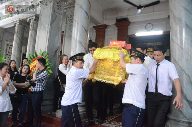 Xuân Bắc và nhiều nghệ sĩ nhà hát kịch Việt Nam bật khóc xót xa trong tang lễ đồng nghiệp vụ tai nạn hầm Kim Liên - Ảnh 21.
