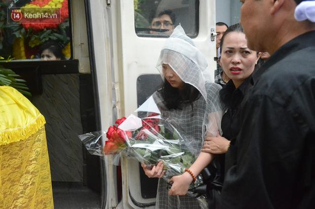 Xuân Bắc và nhiều nghệ sĩ nhà hát kịch Việt Nam bật khóc xót xa trong tang lễ đồng nghiệp vụ tai nạn hầm Kim Liên - Ảnh 22.