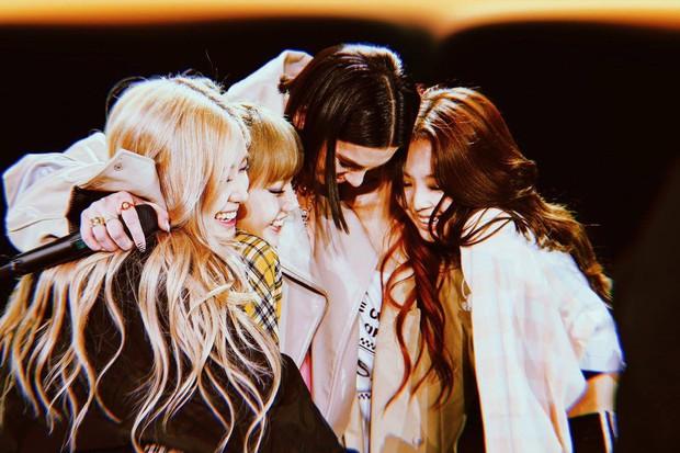 Từ khi nào mà BLACKPINK chỉ còn có 3 thành viên, Jisoo lại mất hút khi cả nhóm chụp ảnh với Dua Lipa thế này? - Ảnh 1.