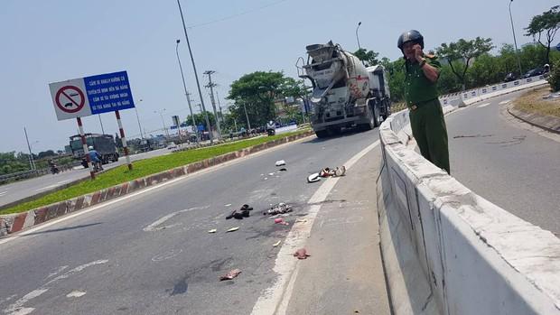 Xe máy va chạm với xe trộn bê tông, 2 người phụ nữ nguy kịch - Ảnh 1.