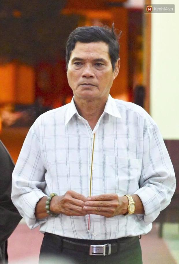 NSƯT Kim Xuân khóc nghẹn, Ngô Thanh Vân lặng người bên linh cữu cố nghệ sĩ Lê Bình trong đêm đầu lễ tang - Ảnh 10.