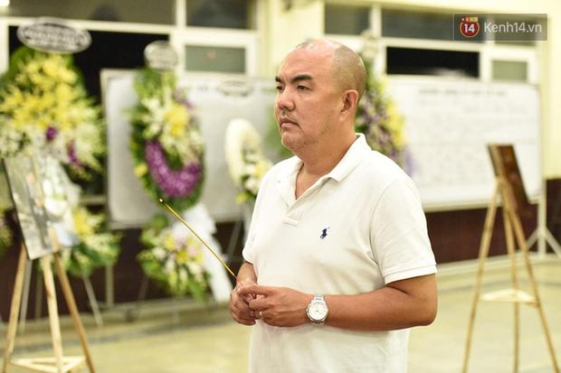 NSƯT Kim Xuân khóc nghẹn, Ngô Thanh Vân lặng người bên linh cữu cố nghệ sĩ Lê Bình trong đêm đầu lễ tang - Ảnh 11.