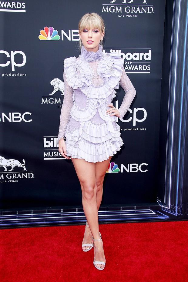 Thảm đỏ Billboard 2019: Taylor Swift sến sẩm bị dàn mỹ nhân ngực khủng át vía, BTS lột xác quyền lực bên quân đoàn sao - Ảnh 1.