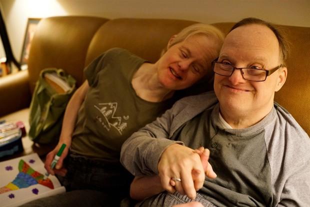 Cặp vợ chồng mắc hội chứng Down kề cận bên nhau suốt 25 năm, vượt qua mọi sóng gió và chỉ chia xa khi người chồng qua đời - Ảnh 1.