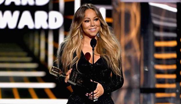 Khoảnh khắc fangirl thần thánh của Taylor Swift khi idol Mariah Carey lên nhận giải: Làm ơn hãy chú ý tới em đi! - Ảnh 1.