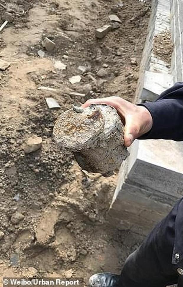 Đang đào đất xây bể bơi, phát hiện hơn 3.000 quả bom-đạn chưa nổ - Ảnh 2.