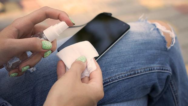 Đừng bao giờ lau màn hình smartphone bằng 9 thứ này nếu không muốn tiền mất tật mang! - Ảnh 3.