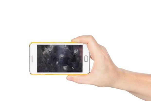 Đừng bao giờ lau màn hình smartphone bằng 9 thứ này nếu không muốn tiền mất tật mang! - Ảnh 4.