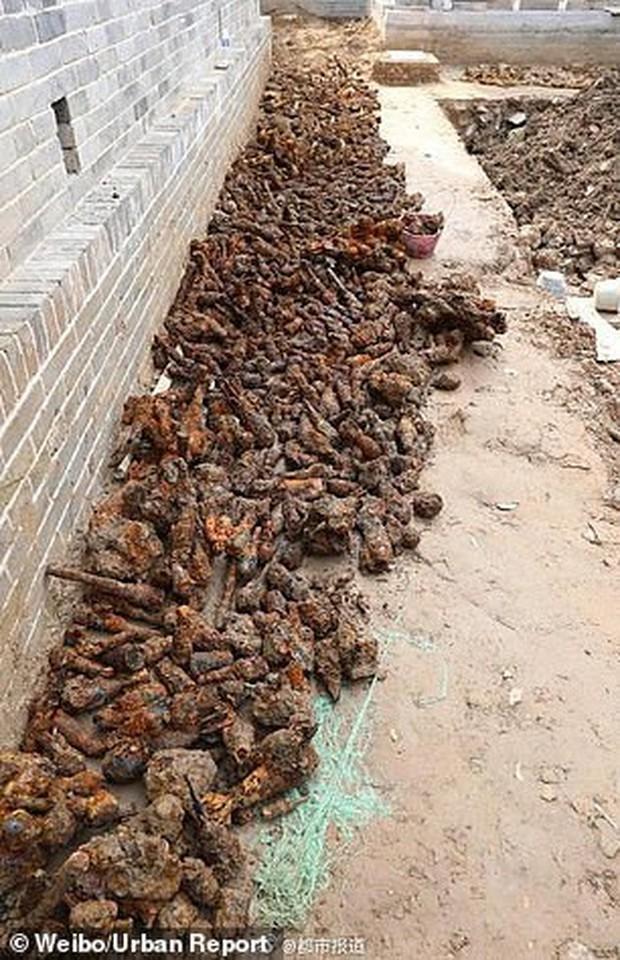 Đang đào đất xây bể bơi, phát hiện hơn 3.000 quả bom-đạn chưa nổ - Ảnh 4.