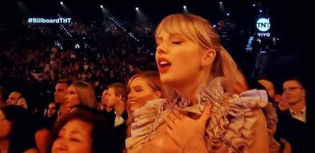 Khoảnh khắc fangirl thần thánh của Taylor Swift khi idol Mariah Carey lên nhận giải: Làm ơn hãy chú ý tới em đi! - Ảnh 5.