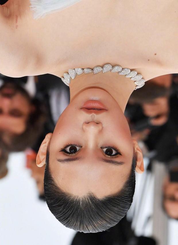 Ám ảnh nhất Weibo: Đôi mắt trợn tròn, vô cảm của Ming Xi tại Cannes bất ngờ bị so sánh với... Angela Baby - Ảnh 3.