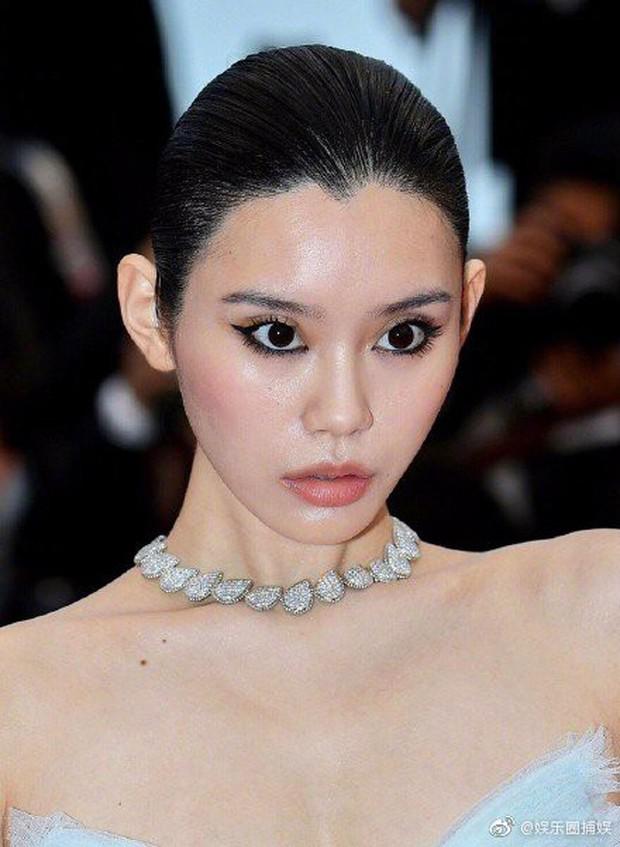 Ám ảnh nhất Weibo: Đôi mắt trợn tròn, vô cảm của Ming Xi tại Cannes bất ngờ bị so sánh với... Angela Baby - Ảnh 1.