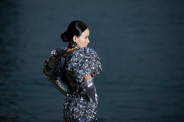 Trình diễn trên đảo hoang sơ, Fashion Voyage có những khoảnh khắc đẹp nín thở, tôn trọn vẹn vẻ đẹp kỳ quan của Vịnh Hạ Long - Ảnh 16.