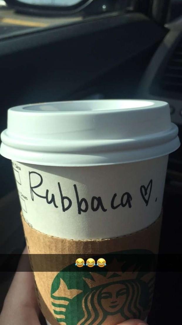 Ghi nhầm tên khách là quả báo, đồng trinh, Starbucks gây cười đến mức khách hàng muốn giận cũng giận không nổi - Ảnh 2.