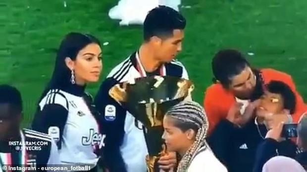 Góc hết hồn: Ronaldo sơ ý để chiếc cúp có cạnh sắc nhọn cào vào mắt cậu con trưởng - Ảnh 2.