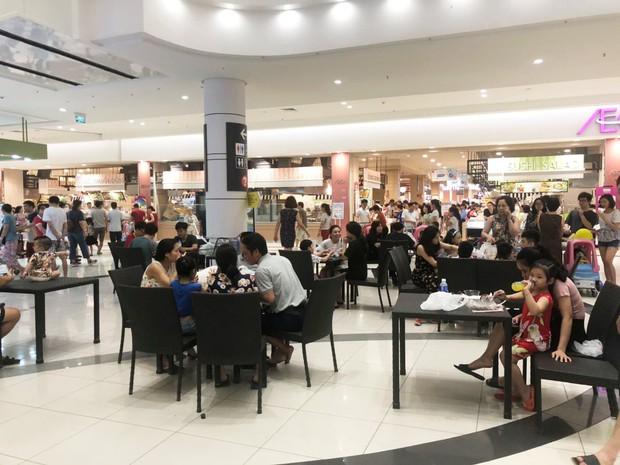 Nhiều người Hà Nội vào nằm ngồi la liệt để tránh nóng, Aeon Mall lập tức bổ sung thêm bàn ghế để phục vụ khách hàng - Ảnh 5.