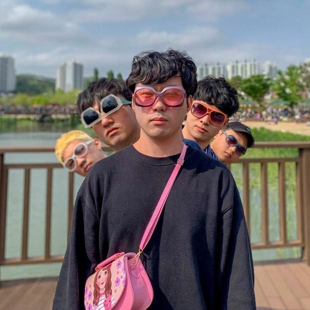 Gợi ý chụp ảnh cho hội con trai khi đi du lịch: Tạm biệt những kiểu pose dáng buồn tẻ, thần thái điên thế này mới đang là mốt - Ảnh 4.