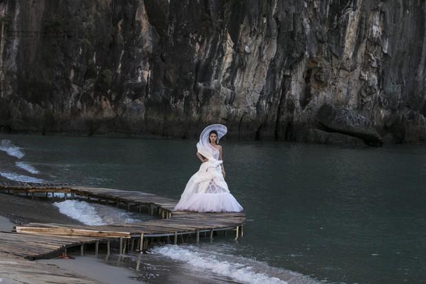 Trình diễn trên đảo hoang sơ, Fashion Voyage có những khoảnh khắc đẹp nín thở, tôn trọn vẹn vẻ đẹp kỳ quan của Vịnh Hạ Long - Ảnh 22.
