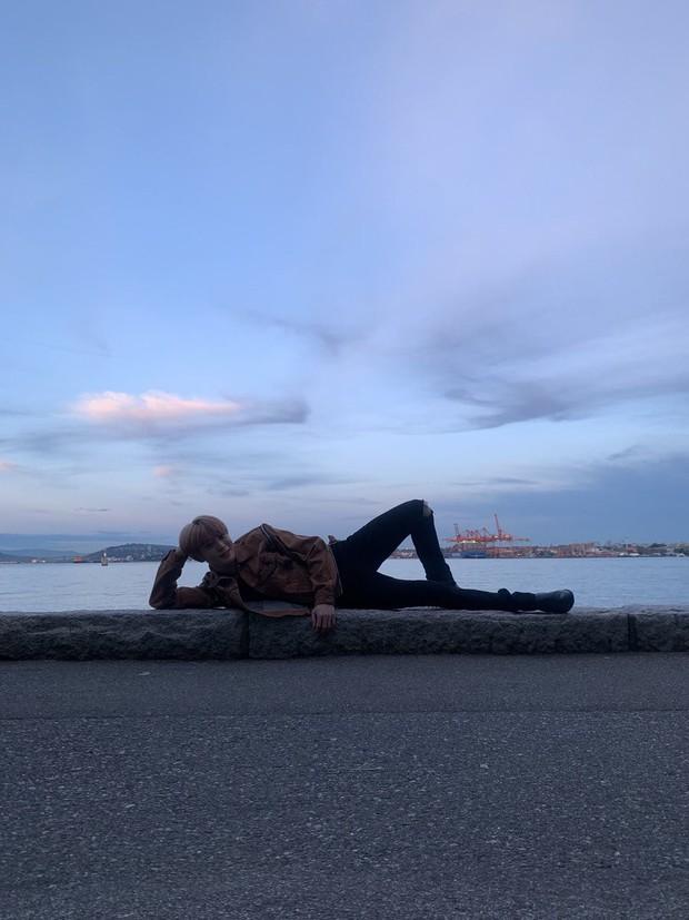 Khoe ảnh du lịch Canada, mỹ nam nhà SM tá hỏa phát hiện bị bàn tay lạ ngoi lên từ biển bám chặt lấy chân - Ảnh 2.