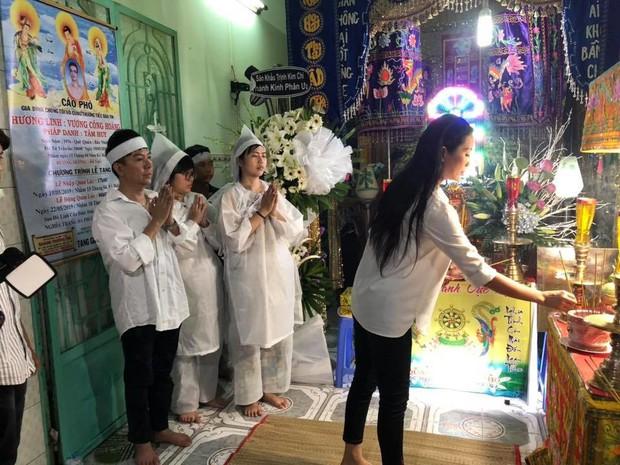 """Long Nhật đeo khăn tang, lo toan như người thân trong gia đình tại tang lễ """"người tình âm nhạc"""" Vương Bảo Tuấn - Ảnh 2."""