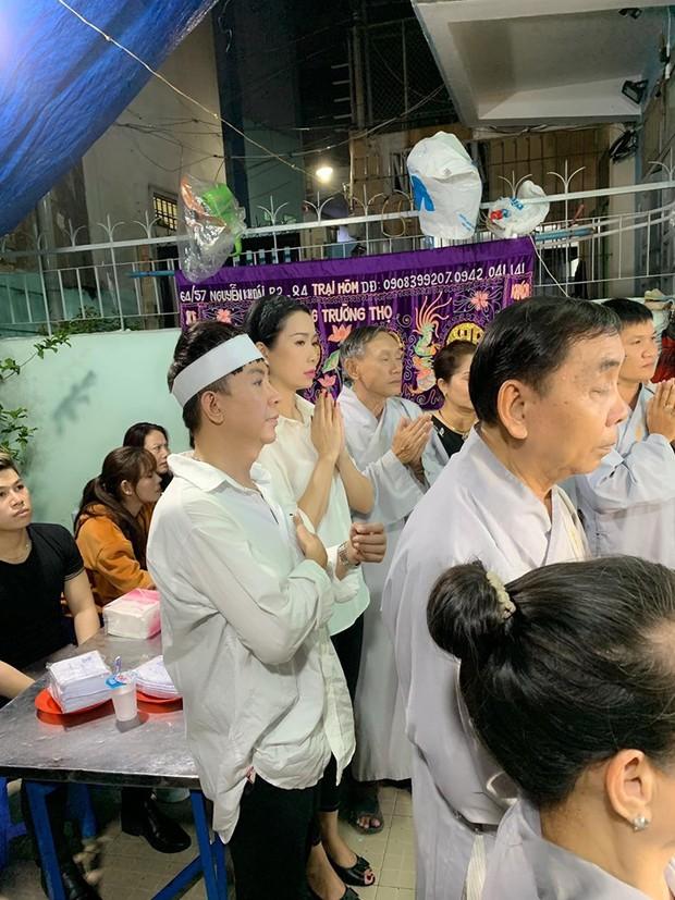 """Long Nhật đeo khăn tang, lo toan như người thân trong gia đình tại tang lễ """"người tình âm nhạc"""" Vương Bảo Tuấn - Ảnh 1."""