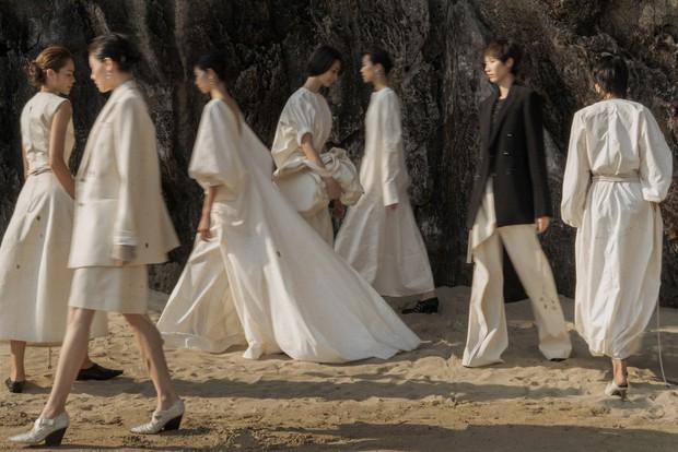 Trình diễn trên đảo hoang sơ, Fashion Voyage có những khoảnh khắc đẹp nín thở, tôn trọn vẹn vẻ đẹp kỳ quan của Vịnh Hạ Long - Ảnh 12.