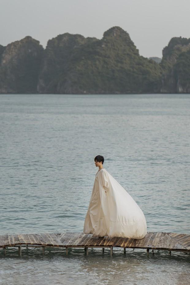 Trình diễn trên đảo hoang sơ, Fashion Voyage có những khoảnh khắc đẹp nín thở, tôn trọn vẹn vẻ đẹp kỳ quan của Vịnh Hạ Long - Ảnh 9.