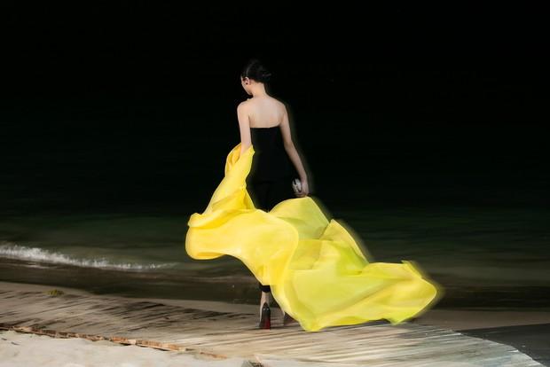 Trình diễn trên đảo hoang sơ, Fashion Voyage có những khoảnh khắc đẹp nín thở, tôn trọn vẹn vẻ đẹp kỳ quan của Vịnh Hạ Long - Ảnh 28.