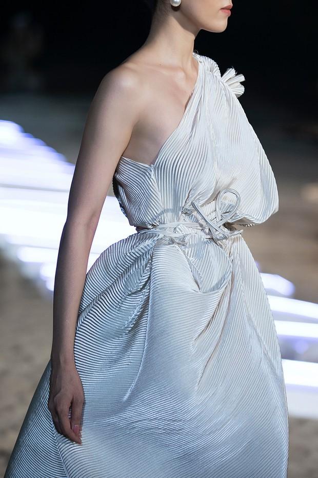 Trình diễn trên đảo hoang sơ, Fashion Voyage có những khoảnh khắc đẹp nín thở, tôn trọn vẹn vẻ đẹp kỳ quan của Vịnh Hạ Long - Ảnh 29.