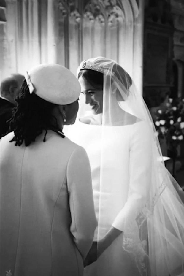 Kỷ niệm 1 năm ngày cưới, vợ chồng Meghan chia sẻ loạt ảnh hậu trường chưa từng công bố trong hôn lễ - Ảnh 2.