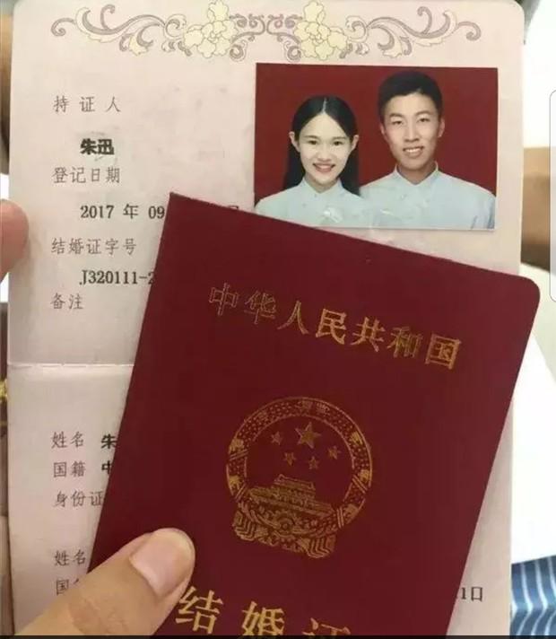 700 lính cứu hỏa Trung Quốc xếp hình trái tim trong đám cưới của đồng đội - Ảnh 1.