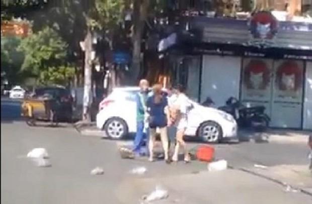 Công an điều tra vụ cô gái trẻ đánh chị lao công vì bị nhắc nhở xả rác - Ảnh 1.