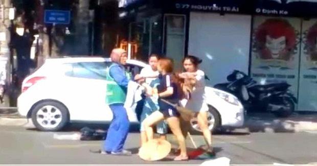 Vụ chị lao công bị đánh vì nhắc nhở xả rác: Vợ chồng chủ shop xin lỗi - Ảnh 2.