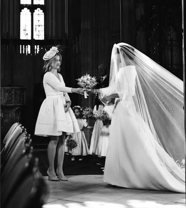 Kỷ niệm 1 năm ngày cưới, vợ chồng Meghan chia sẻ loạt ảnh hậu trường chưa từng công bố trong hôn lễ - Ảnh 4.